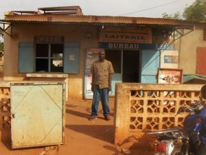 M.Touré bij melkcontrole station